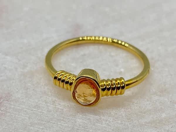 Guldring 18 kt med orange safir og guldvindinger