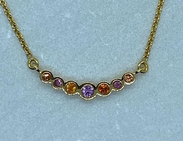 Halskæde i 14 kt guld med 7 safirer i orange og pink
