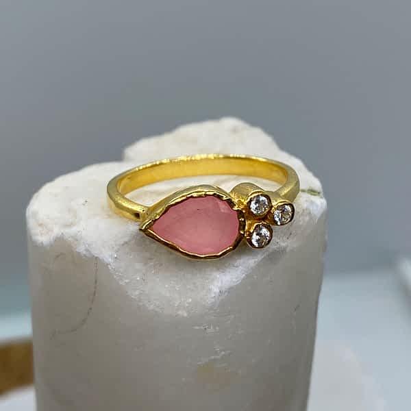 Ring med dråbeformet rosakvarts og zirkoner