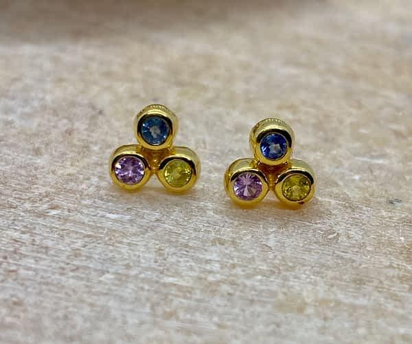 Øreringe i 18 kt guld med safirer, gul, blå, lilla