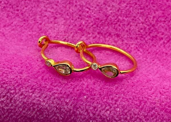 Øreringe i 18 kt guld med diamanter, 1 dråbeformet og en lille rund