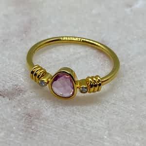 Guldring 18 kt med pink safir og 2 diamanter