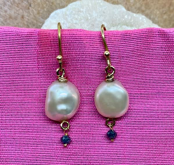 Øreringe i 18 kt guld med keshi perler og blå diamanter