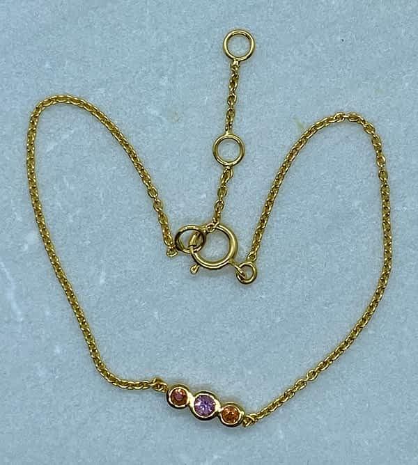 Guldarmbånd 18 kt med 3 safirer i orange og pink