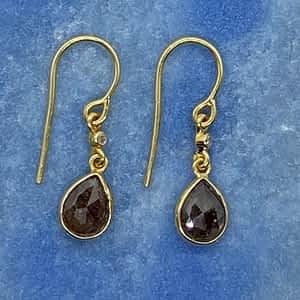 Øreringe i 18 kt guld med diamant og grå diamant dråbe