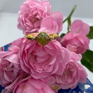 Guldring med grøn diamant og 2 hvide diamanter