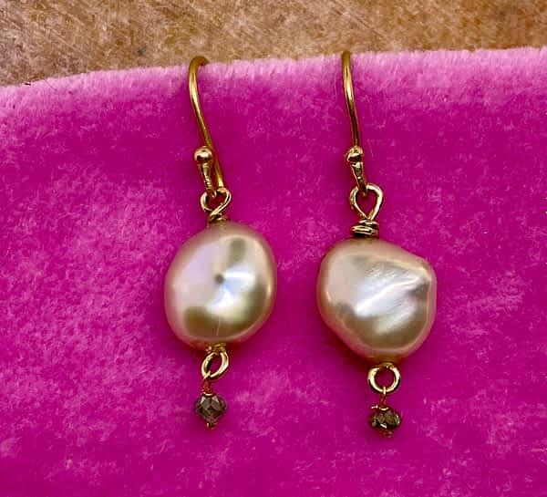 Ørering 18 kt guld med keshi perle og grønne diamanter