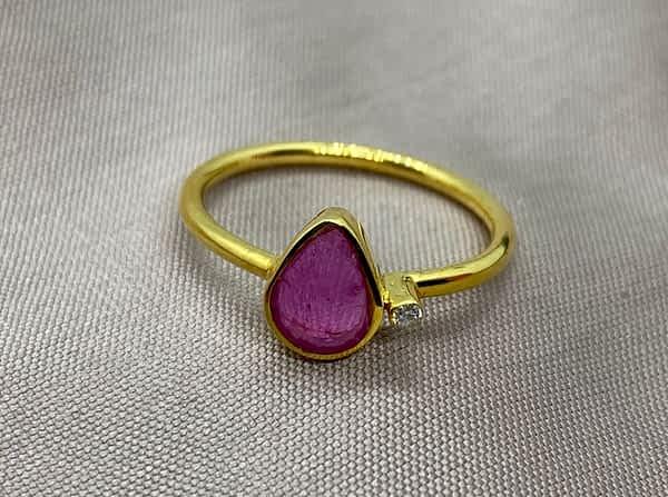 Guldring i 18 kt med rubin og diamant